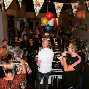 Optreden feestje kroeg Tilburg zanger Niels van Kollenburg